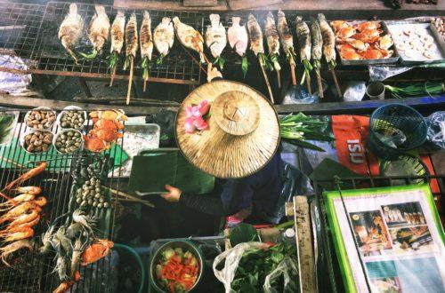 Marktfrau mit frischen Snacks