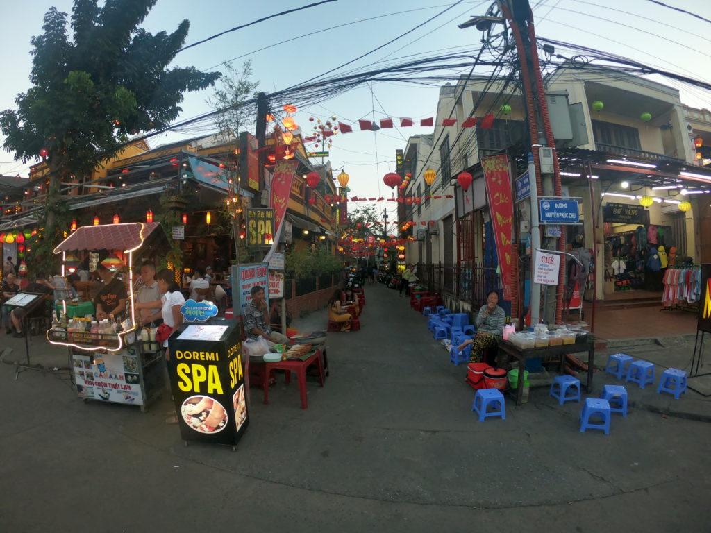 Wie könnte es anders sein, steht die Altstadt des 75.000 Einwohner Städtchens unter dem Schutz der UNESCO und wurde zum Weltkulturerbe ernannt. Hoi An wuchs im 16. Jahrhundert zu dem bedeutendsten Handelshafen in Vietnam heran, denn hier wurde der Handel zwischen China und Japan abgewickelt.