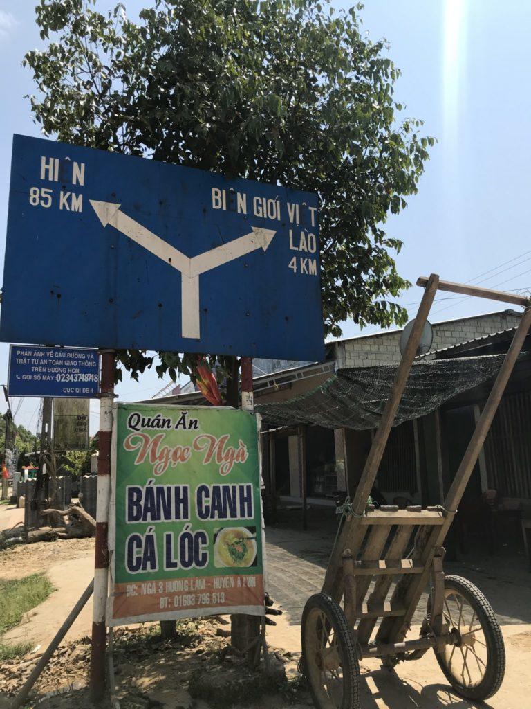Fast in Laos. Grenzschild Laos